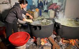 Người dân La Phù thức thâu đêm nấu bánh chưng gửi đồng bào miền Trung
